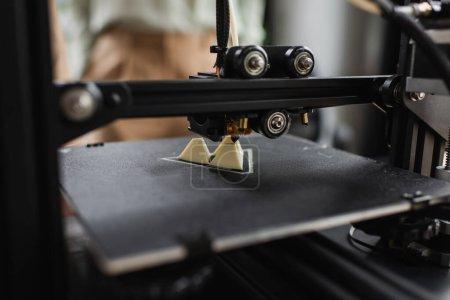 Nahaufnahme des 3D-Druckers zur Erzeugung einer Plastikfigur im modernen Büro