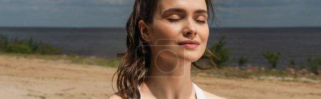 junge Frau mit geschlossenen Augen, die draußen meditiert, Banner