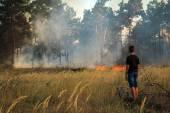 Chlap v nebezpečné blízkosti požár