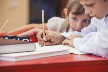 Photo pour Garçon, petites filles à l'école a un heureux, curieux, intelligent. L'éducation, le jour de la connaissance, science, génération, préscolaire. - image libre de droit