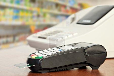 Photo pour Fermeture du lecteur de carte de crédit et de la caisse enregistreuse sur les étagères de détail - image libre de droit