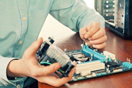 Photo pour Technicien réparer le matériel informatique dans le laboratoire. Prise de vue. Petit DOF - image libre de droit