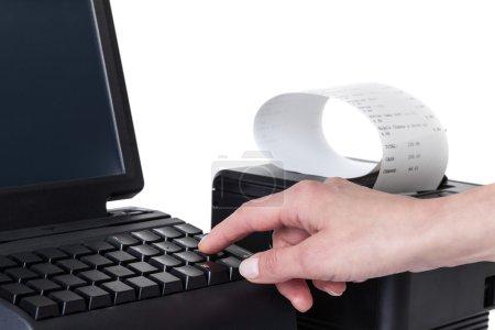 Photo pour Le vendeur effectue le calcul et prend le paiement par une caisse enregistreuse et un lecteur de carte de crédit. Écran tactile LCD et imprimante de reçus avec facture papier. Système de point de vente, isolé sur fond blanc . - image libre de droit