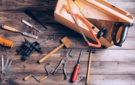 Photo pour Vieux outils de charpentier sur fond en bois - image libre de droit