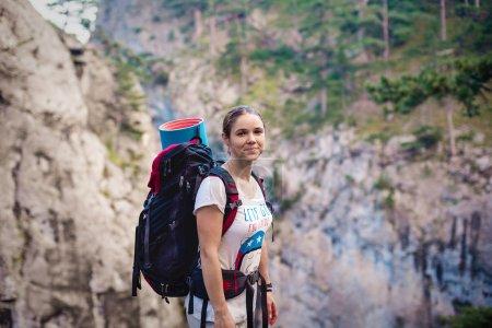 Photo pour Femme de randonnée caucasienne en randonnée dans les montagnes avec sac à dos vivant un mode de vie sain et actif. Randonneuse sur la nature paysage randonnée en Crimée . - image libre de droit