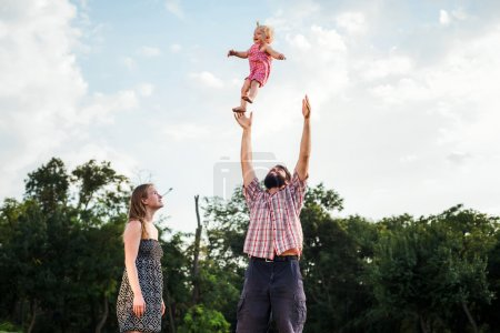 Foto de Familia joven feliz divertirse al aire libre en el Parque - Imagen libre de derechos