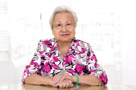 Photo pour Portrait d'une femme âgée asiatique aux cheveux gris - image libre de droit