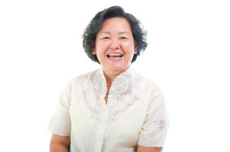 Photo pour Portrait d'une femme senior asiatique gaie - image libre de droit