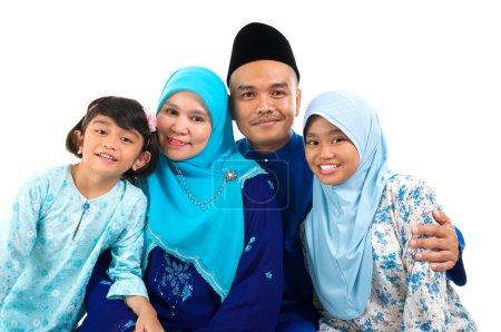 Photo pour Famille malaise assis et regardant la caméra - image libre de droit