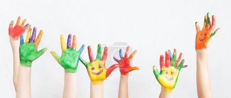 Photo pour Beaucoup de mains peintes levées. Groupe d'enfants amusants multiraciaux. Les enfants drôles lèvent les mains. Conférence mondiale pour le bien-être des enfants à Genève, Suisse, le 1er juin. Journée Universelle de l'Enfant le 20 novembre - image libre de droit