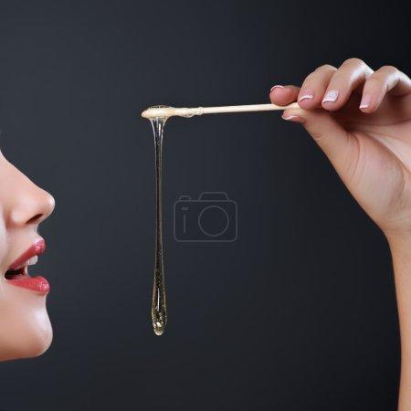 Photo pour Temps des sucres épilation soins de la peau avec du sucre liquid près de face. Épilation. - image libre de droit