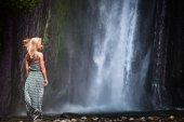 Mladá žena do vodopádu