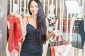 Closeup módní žena drží velké tašky v shopping centru
