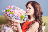 Szép boldog nő kapott egy csokor virág a rózsa