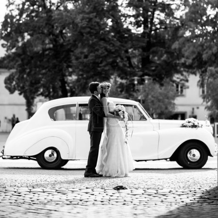 groom and bride am old car