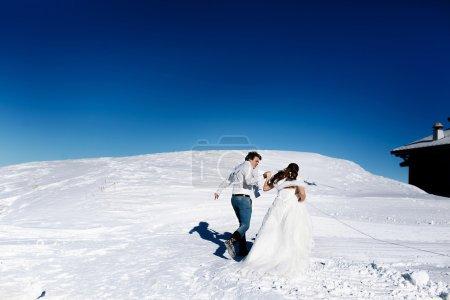 Photo pour Mariée et marié amoureux courant sur le fond des Alpes Courchevel - image libre de droit