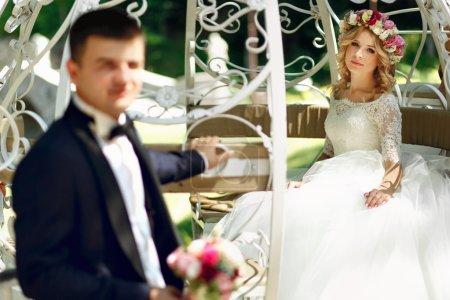 Photo pour Cendrillon conte de fées mariage voiture mariage magique couple mariée et marié dans le parc - image libre de droit
