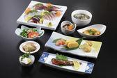 Tradiční japonské jídlo, sushi, ředkev, mořské plody, polévky