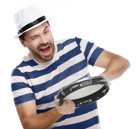 Photo pour Homme heureux en chemise colorée avec tambourin isolé sur fond blanc - image libre de droit