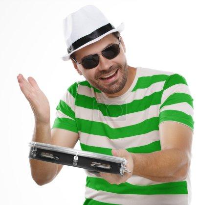 Photo pour Homme heureux en chemise colorée et lunettes avec tambourin isolé sur fond blanc - image libre de droit