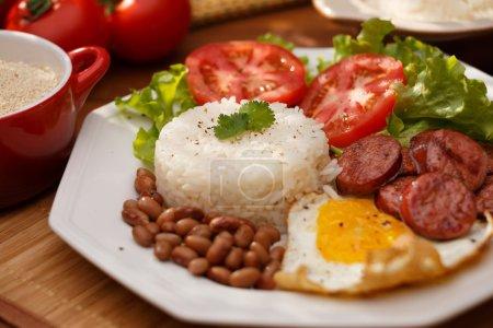 riz, des haricots et des oeufs