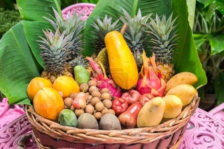 Photo pour Assiette pleine de fruits exotiques thailand - image libre de droit