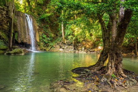 Photo pour Paysage de jungle avec de l'eau turquoise coulante de la cascade Erawan troisième étape à la forêt tropicale profonde. Parc national d'Erawan Falls à Kanchanaburi, Thaïlande - image libre de droit