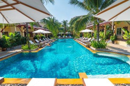 Photo pour Belle piscine de tropical resort, Phuket, Thaïlande - image libre de droit