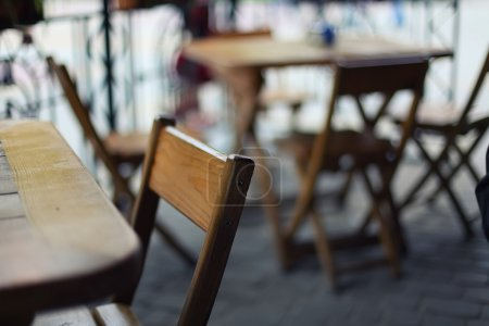Photo pour Tables et chaises dans le bar. Profondeur de champ peu profonde - image libre de droit