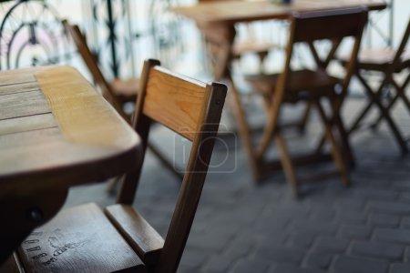 Photo pour Tables et chaises dans le bar.Profondeur de champ peu profonde - image libre de droit