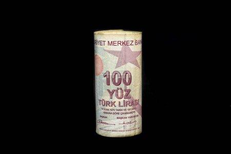 Photo pour Billets de 100 lires turques isolés sur noir. Crise de la lire turque. La lire turque va baisser. La lire turque grandit. L'économie turque plonge, s'effondre. Inflation, dette et tarifs - image libre de droit