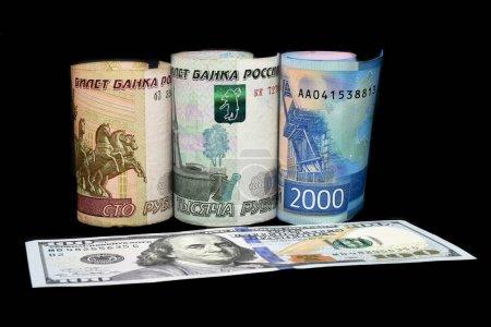 Photo pour Roubles russes et des billets en dollars américains. Rouble russe plonge, s'écrase. Rus roubles crise. Rouble russe descend ou grandit. - image libre de droit