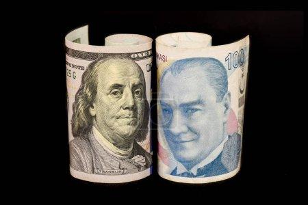 Photo pour Lire turque et billets en dollars américains. La lire turque plonge, s'écrase. Crise de la lire turque. La lire turque va baisser. - image libre de droit