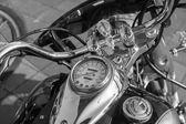 Chromované Volant motocyklu. Nástroje. Vodní nádrž. Černobílá fotografie