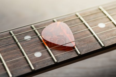 Guitar frets with mediator on strings