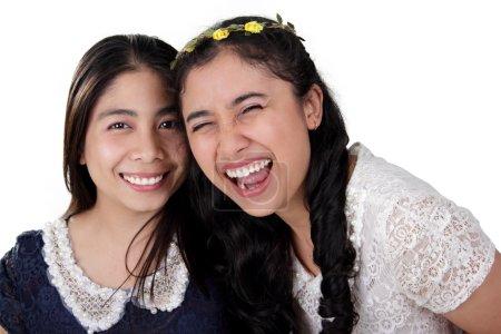 Photo pour Portrait de deux gros bwo belle filles asiatiques avec des sourires lumineux posent pour la caméra, isolé sur fond blanc - image libre de droit