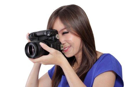 Foto de Cerca de la cara de bella chica tomando una foto con cámara digital, apuntar con un ojo, aislado sobre fondo blanco - Imagen libre de derechos