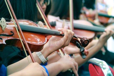 Photo pour Mains des violonistes jouant violons en plein air - image libre de droit
