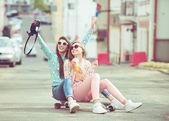 Přítelkyně Hipster s selfie v městském kontextu - koncepce přátelství a zábavy s novými trendy a technologie - nejlepší přátelé eternalizing okamžiku, kdy s kamerou