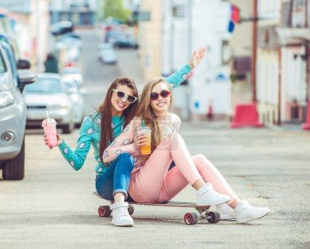 Photo pour Copines Hipster prendre un selfie dans le contexte urbain de la ville, Concept d'amitié et de plaisir avec les nouvelles tendances et la technologie. Meilleurs amis éternaliser le moment avec un appareil photo numérique moderne - image libre de droit