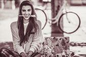 Umění stylové bederní žena držet štětec v ústech venkovní portrét