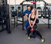 žena tělocvičně cvičení s její osobní trenér