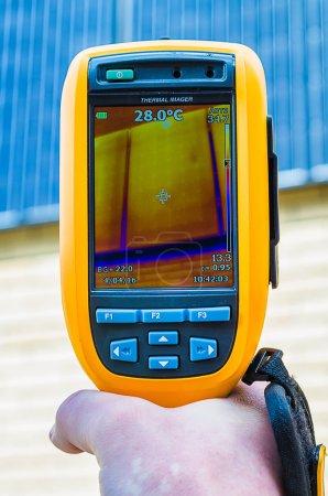 Photo pour Inspection par imagerie thermique des panneaux solaires avec caméra thermique - image libre de droit
