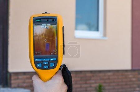 Photo pour Inspection infrarouge de la perte de chaleur de la fenêtre à la maison - image libre de droit