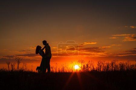Photo pour La cérémonie de mariage belle mariée et marié élégant été plaisir sourire joie - image libre de droit