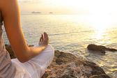 Mladá žena meditace jóga pozice na pláži