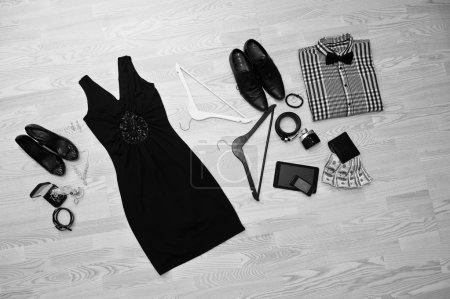 Set trendiger Kleidung. Outfit von Mann und Frau Kleidung und Zubehör