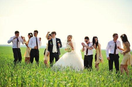 Foto de Dama de honor, padrino y novios - Imagen libre de derechos