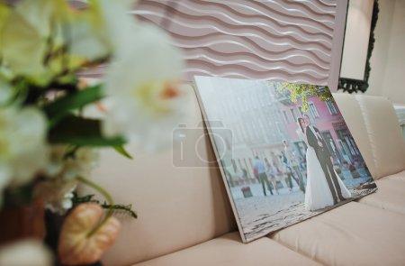 Photo pour Image plus grande des jeunes mariés - image libre de droit