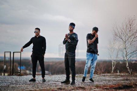 Photo pour Groupe de chanteurs de rap trois sur le toit - image libre de droit
